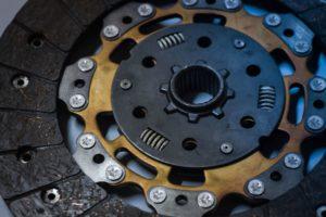 Jak dbać o sprzęgło samochodowe – co powoduje jego awarie, jakie są koszty naprawy?